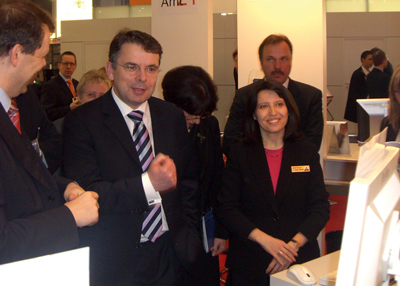 FMICS-jETI Project leader Tiziana Margaria (left) presents Bio-jETI for biostatistical analyses to Ulrich Junghanns, Minister of Economy of Brandenburg, Germany at the CeBIT fair.