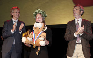 Tribute to Lisa Sauermann at the closing ceremony, with Robbert Dijkgraaf (left) and Wim Berkelmans (right). Source: IMO.