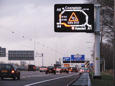 Information board displaying the location of congested traffic in red on the ringroad of Amsterdam (Source: Trinité).