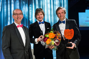 Dick Bulterman (CWI, right) receives the COMMIT/ Award on behalf of Guido van Rossum from jury chair Gerard van Oortmerssen (left). Source: Nederland ICT.